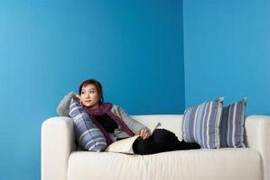 Cómo decorar un pequeño salón con una televisión, un armario, un gran ventanal