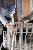 ¿Cómo reparar una rejilla del lavaplatos oxidado