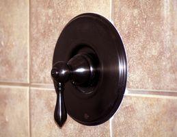 Cómo quitar un grifo de la ducha de Moen