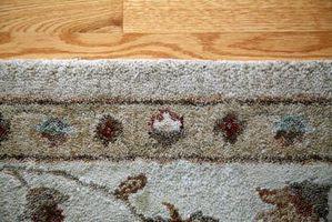 ¿Cómo poner una alfombra en un cojín de suelo de madera