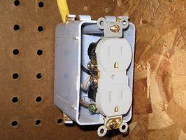 ¿Cómo cables un interruptor y tres tomas de corriente con cable de 12-2?