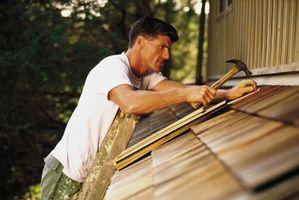 Cómo colgar tablillas de cedro en una casa