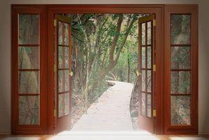 ¿Colgar una puerta, cuanto espacio necesita para que las bisagras y la puerta cierre correctamente?