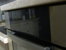 Cómo quitar las puertas de un horno de pared