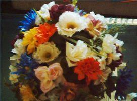 Cómo hacer un arreglo floral con flores artificiales