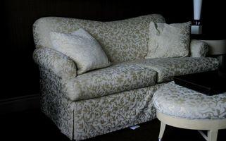 Ideas de decoración para trabajar alrededor de una cubierta del sofá de cuadros o flores
